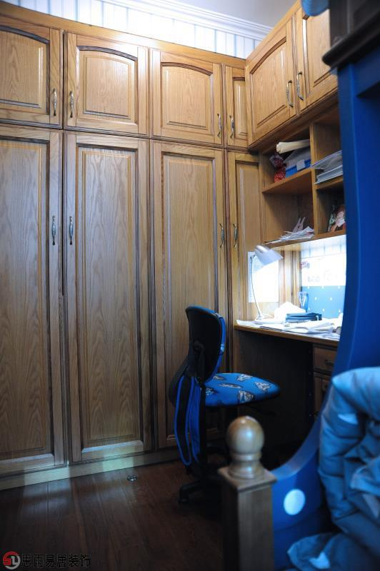 儿童房一张美式风格的海盗船双层小床,而且床铺、收纳箱和椅子都使用了蓝色,使整个儿童房看起来很和谐,十分适合男孩的一个小天地。
