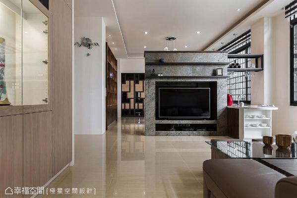 电视墙采木作、系统柜、人造石、铁件、美耐板……打造异材质层次效果,并因应风水方向以中岛型式表现,也顺势界定了客餐厅场域。