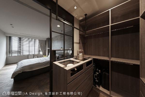 荃巨设计提升更衣室收纳机能,不仅柜体下方可摆放大型行李箱,也多了一座中岛配件柜。