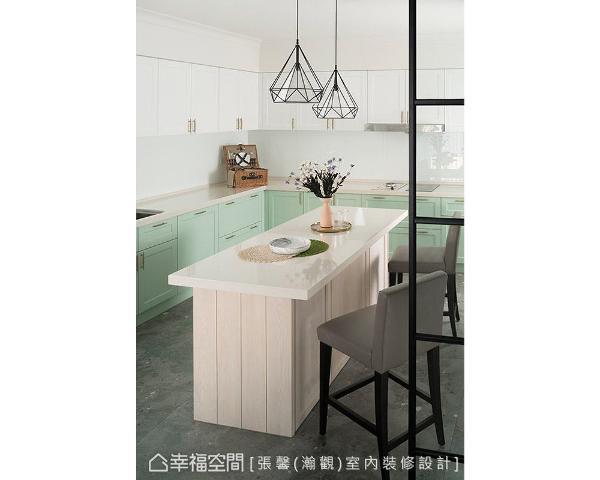 为让厨房跳脱出独特个性,厨具特别采用少见的双色搭配,地坪则铺贴带有灰黑色斑点的复古砖,展现令人眼睛为之一亮的空间美学。