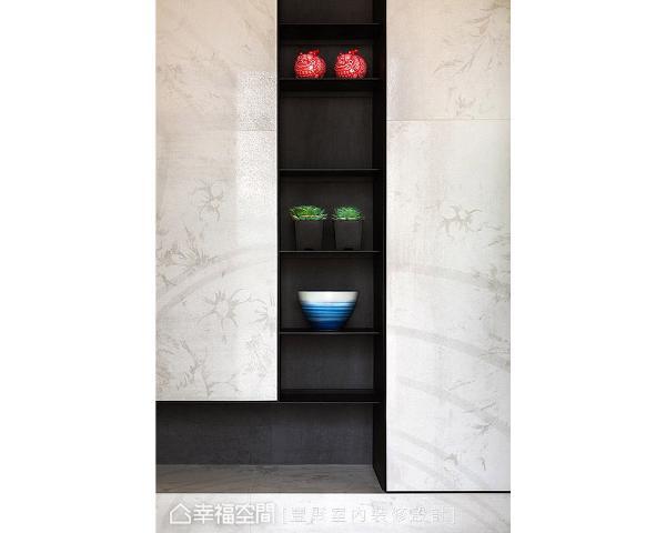李羽芝与黄翊峯设计师特别将机柜规划在玄关处的墙面,并透过造型与材质整合,隐藏柜体门片,形塑一面完整的视觉端景墙。