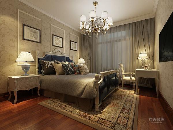 主卧采用胡桃木色强化复合地板,家具以白色为主,床头采用壁纸,干净,明亮且温馨