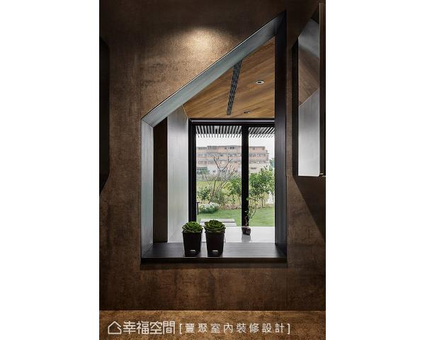 特别在厨房与餐厅的墙面上开设递餐台,让下厨的家人也能享受户外的田园风景,同时改善屋内采光不足的问题。
