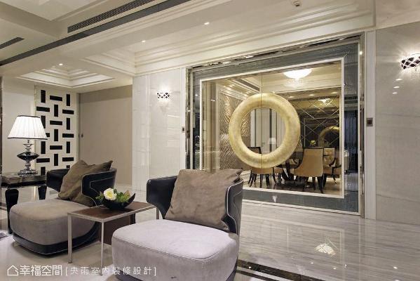 餐厅与客厅间,使用玻璃、镜面与艺术框的门片设计,除了划分机能外,更形塑出华美绝伦的廊道表情。