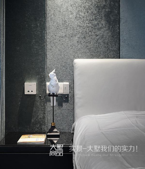 现代风格的卧室奢华大气,经典黑白灰的搭配让卧室更加富有设计感,给人一种宁静舒适的感觉,留给屋主一个安静的思考空间。
