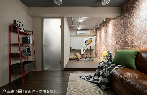 起居室侧边安排了一多功能空间,只要于木地板上铺设床垫,即可作客房休憩用。