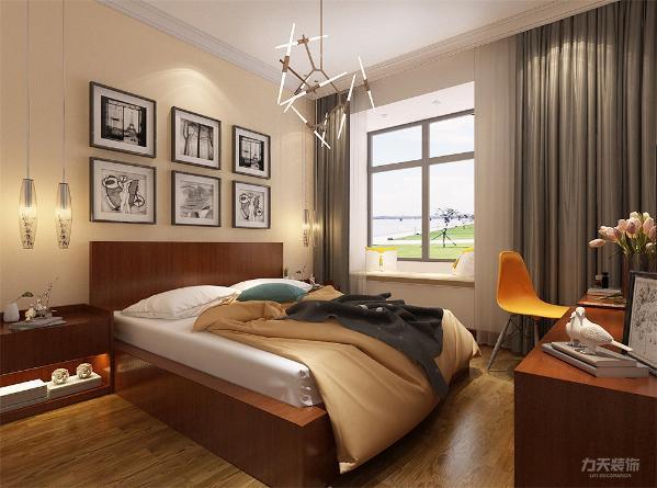 主卧室床头背景墙挂挂画,顶面角线,地面强化复合地板,次卧室床头背景刷浅黄色乳胶漆,墙面挂挂画做装饰,顶面做角线,地面做强化复合地板