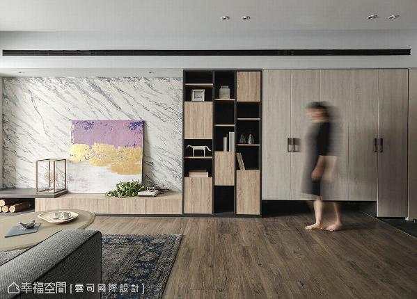 由电视墙、端景柜与收纳柜构筑的空间立面,分别以特殊漆、虚实柜体与柜面收纳呈现,饶富层次上的美感变化。