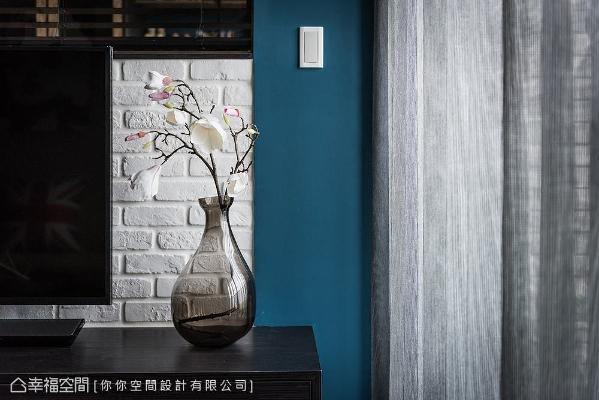 为与整体偏重色系的空间用色做平衡,电视主墙特别以白色文化石呈现,避免视觉过于沉重,同时带出些许粗犷的工业风质感。