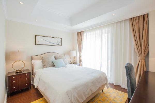 次卧与主卧的整体格调保持一致,橙色的地毯却让这个空间显得更加有活力的气息。