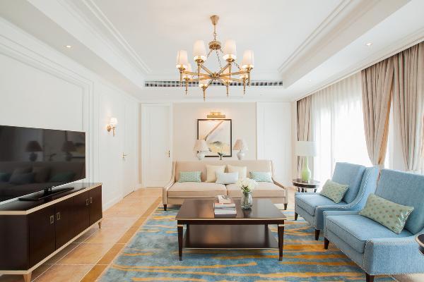 清新浪漫的地毯,搭配淡雅蓝的单人沙发,深色的电视柜与茶几,让色彩错落有致,避免主次不明。