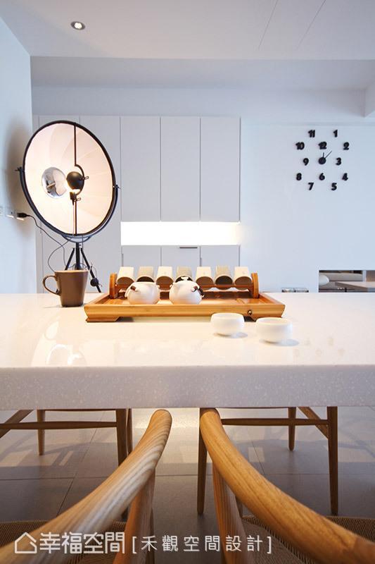 极简风格的桌台搭配禅风的实木餐椅、泡茶用具,无形中替生活增添些许趣味与品味。