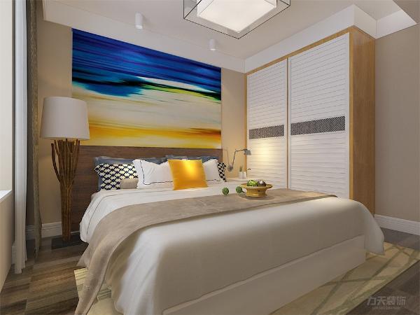 点睛之笔是色彩鲜亮的挂画和抱枕,比较活泼鲜活。地面采用暗色调木地板,搭配米色的地毯,床品也是白色为主,比较素静,彰显主人的低调奢华。