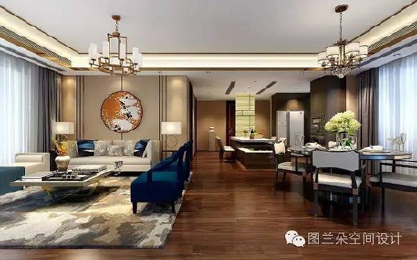 在色彩的搭配上,以深棕为底色,配上米色、点缀藏蓝色沙发,彰显出高档典雅的空间格局。客厅的撞色地毯也打造出静谧和谐的调性。整体灯光与墙面造型的配合,营造出简约不失大气,高档不失活泼的居家环境。