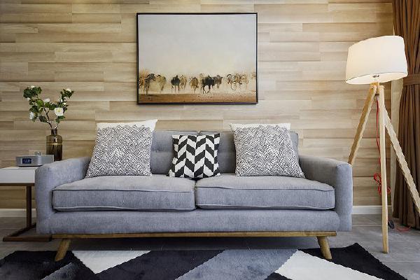 其实对于这次装修,特别任性的就是瓷砖部分,几乎都是灰色,墙也是灰色,我都担心会不会太冷了,但是钟勇还是非常支持我的,任性到底,最后决定背景墙木地板上墙和灰色搭配可以暖点,出来的效果还不错