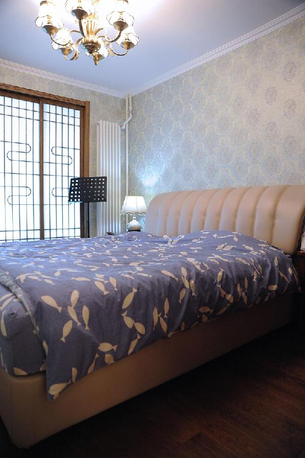 美式家居的卧室布置较为温馨,作为主人的私密空间,主要以功能性和实用舒适为考虑的重点。浅色壁纸,白色别致的床头灯,欧式衣柜,简洁大方的外观设计,不仅强调了家具的实用性,还强调了美感度