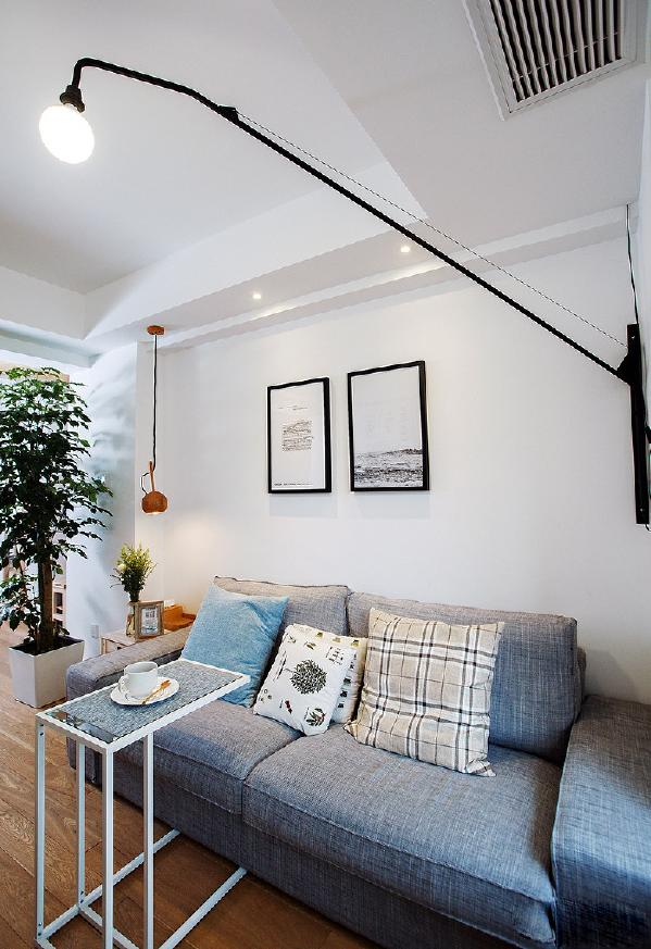 晚上家里不怎么来客人,不需要光线太亮,但这种长杆壁灯、小吊灯、射灯同时打开的话也是够亮的