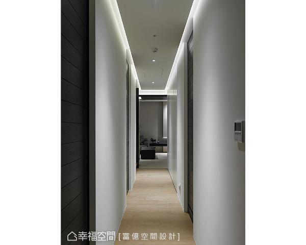 由于走道不宽加上无自然采光,立面以纯白色造型呈现,和深色门片形成对比效果。
