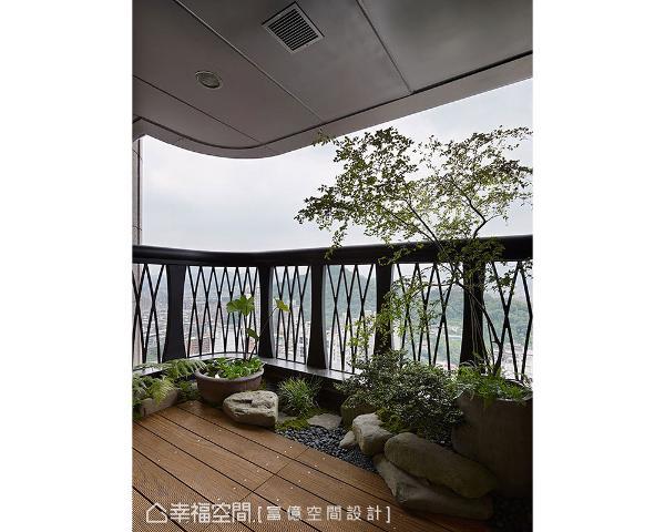 富亿空间设计以南方松木地板,展现自然温润感,结合植栽绿意打造出休闲放松的户外庭园。