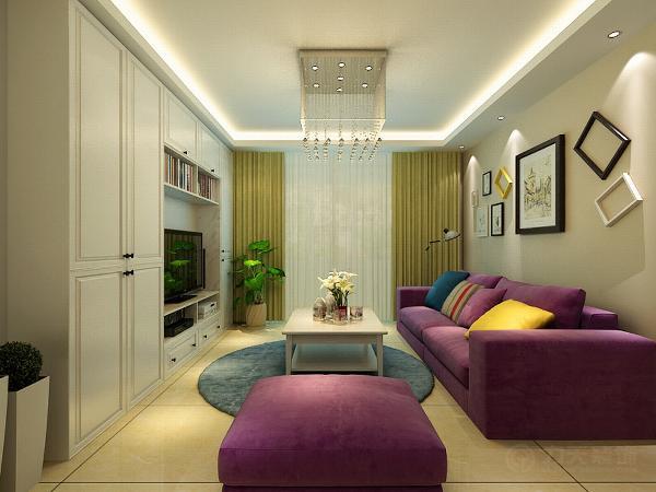 客厅的沙发背景墙采用了不规则排列的相框做装饰,表现出一种抽象的感觉。沙发才用了颜色较深的紫色系,凸显出高贵典雅。使整个空间的色调比较中和。电视背景墙采用了比较使用的柜子。美观又不失实用性。