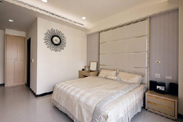 烘衬着风格一致性,壁纸和绷布柔和做出床头立面,不浮夸的手法简单温暖着退休夫妻心房。