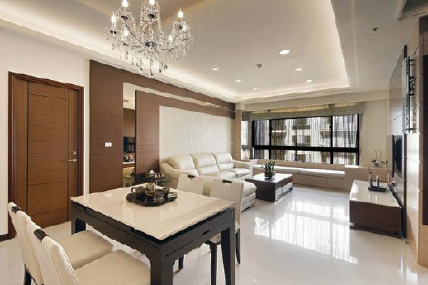 同样的开门位移,沙发背墙处主卧房门改以偏边处里,精准回避了床对门的风水疑虑。