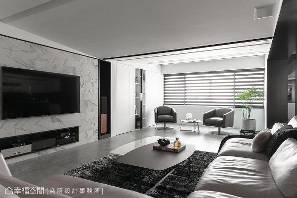 选以薄型磁砖拼贴电视主墙,净白感受延续至侧边的书房暗门,形塑利落质感。