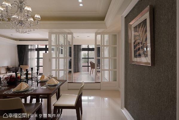 以格子窗拉门界定出书房,让视线与光线得以延伸穿透;架高木地板下方结合上掀式与抽屉收纳机能,不浪费空间坪效。