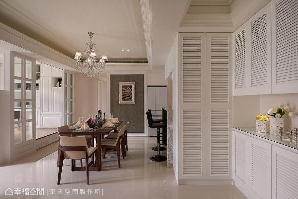 沿着墙面设置L型柜体,满足鞋子、外出衣物或生活杂物的收纳摆放需求。