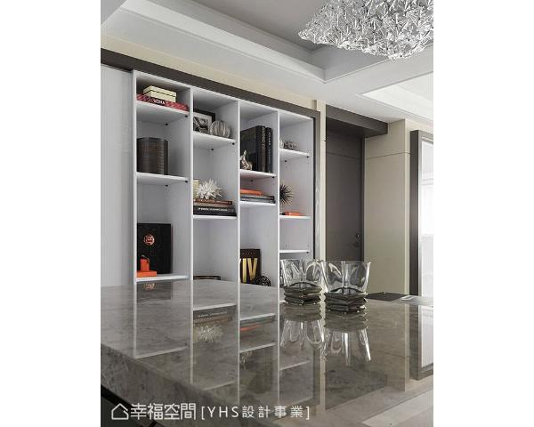 白色的开放式展示柜,成为一道醒目焦点,透过书籍、装饰品的更换,即可轻松切换日常居家风景。