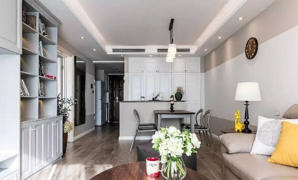 大储物柜和吧台的设计,大大提高了空间的使用率,更多功能的体现使得客厅饱满和实用。