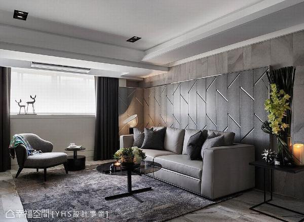 沙发背墙与左侧屏风相连,形成L型的视觉串联,让客厅与屏风相互融合,达到和谐一致又别具特色的设计美感。