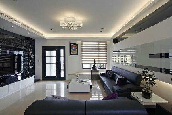 客厅-灰镜与白色烤漆玻璃的线性拼贴,构织出沙发背墙的主景画面。