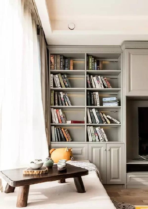 目前,家庭图书馆是一种新的流行趋势,整面电视墙做成书架,既是作为书本的存放地,又是一种装饰。