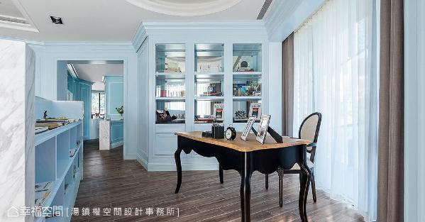 书房空间少不了的美型收纳,汤镇权空间设计事务所除在电视主墙背后藏入书柜机能,更于书桌旁规划入端景墙体。