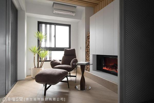 设计师翁嘉鸿于纯白柜体下方设置暖心壁炉,再以燃烧木材、植栽点缀装饰,围塑悠闲的休憩小天地。