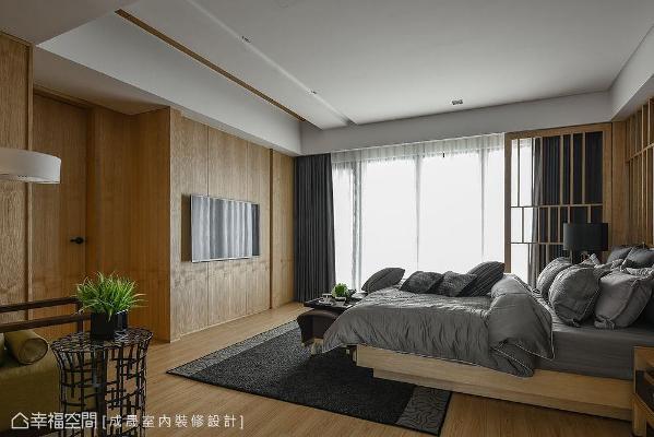 主卧室床尾的视听墙造型面同样以温润木质整合,另一处出入口也设在这里。