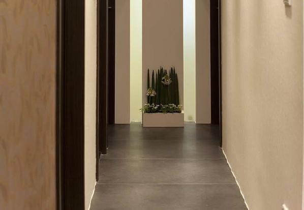 走道的的端景以喷纱玻璃作间接照明,两道延伸至天花板的线条作空间上的力度扩张,和玄关的线条设计遥相呼应。