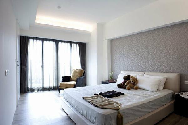 主卧室设计师以半包覆式的工法框出卧房的主墙,加厚床头板巧妙化解了床头压梁的问题,并运用包覆的空间于床头两侧设立隐藏收纳。