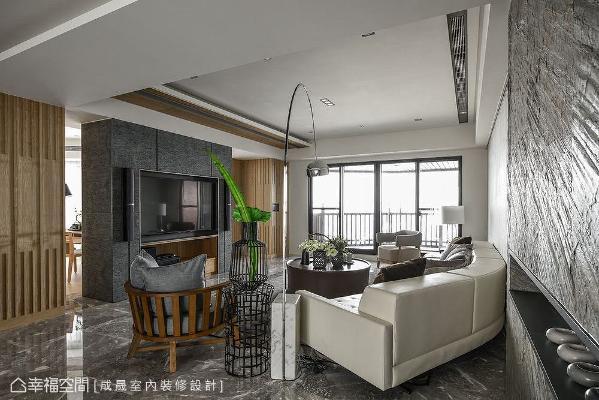 客厅两用电视墙为联系客厅与书房的轴点,墙身两边开口,形成一圈自由无拘的循环动线。