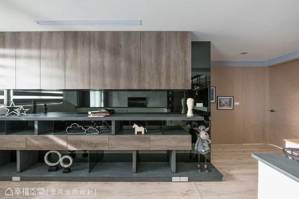 书墙镶贴黑镜带来微奢华感,与厨房中岛设计相呼应,藉由其反射特性倒映室内景致,提升空间放大感。