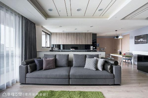采半高设计的沙发墙形成通透设计,在视线和光线延伸无阻碍下,让书房收纳柜成为端景意象。