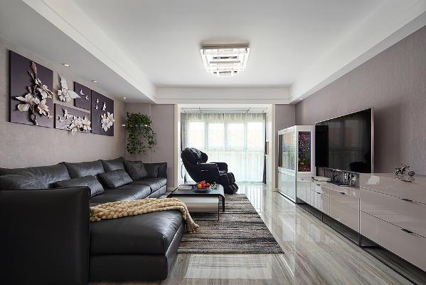 客厅以经典黑白灰为主,线条简约流畅,别致的花朵墙饰透着自然与艺术的气息,细节之处极为精致,将夏天的芬芳融入到居家生活之中。