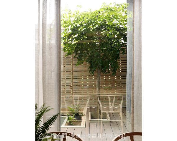 从餐厅能够看见后院的自然景观,替生活注入一抹悠然写意的闲适氛围。