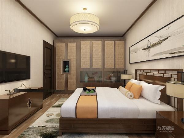 主卧的背景墙采用镂空雕文和大幅画来装饰,使得整个空间的中式的韵味更加浓厚。 次卧的装饰相对简单些,易于和主卧区分开。