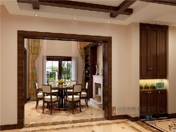 古朴的实木餐桌椅,典型的美式风格,选用圆形的地面拼花,强调出餐厅空间的所属范围,旁边酒柜和壁炉天然随意,富有历史气息。