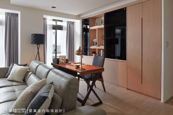 以机能家具定义场域属性的开放式书房,运用后方的大型柜体整合展示与收纳机能,无踢脚板设计的大型门片后方,可收纳行李箱等大型物件。