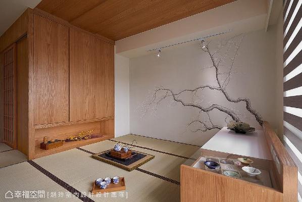 赵玲室内设计团队以和室概念打造女儿房,大量使用木皮与榻榻米,营造朴质安定的日式休闲氛围。壁面特别请艺术画家现场绘制梅花,为场域注入清丽高雅气质。