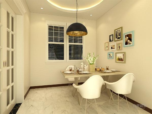 餐厅方面造型就比较简单,餐厅的窗户因为比较小,因此使用百叶窗帘,餐厅 墙面布置一面照片墙,展现主人的生活。灯光则采用暖黄色为主,使氛围更加和谐。