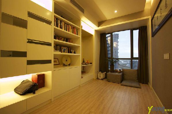【深圳漾空间设计有限公司】漾设计Young Design——书房。恰到好处的柔光,投射在你身上每一处皮肤。素白淡雅的书柜,雕刻木纹的地板,一切显得刚刚好。落地窗外的世界,毫不干扰里面安静的世界。